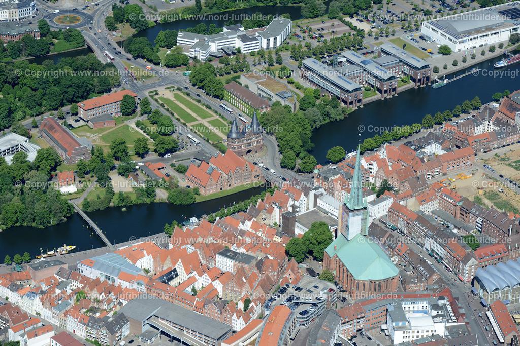 Lübeck_ELS_8542151106 | Lübeck - Aufnahmedatum: 10.06.2015, Aufnahmehoehe: 608 m, Koordinaten: N53°51.636' - E10°41.731', Bildgröße: 7360 x  4912 Pixel - Copyright 2015 by Martin Elsen, Kontakt: Tel.: +49 157 74581206, E-Mail: info@schoenes-foto.de  Schlagwörter;Foto Luftbild,Altstadt,HolstenTor,Kirche,Hanse,Hansestadt,Luftaufnahme,
