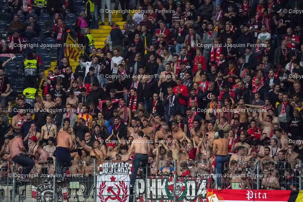 191024_sgevslie_0186 | 24.10.2019 Gruppenspiel Gruppe F UEFA Europa League Saison 2019/20 Eintracht Frankfurt - Standard Liege  emspor, emonline, despor, v.l., Standard Liege Fans,Stimmung, Schals, Trikots, Emotionen  Foto: Joaquim Ferreira (DFL/DFB REGULATIONS PROHIBIT ANY USE OF PHOTOGRAPHS as IMAGE SEQUENCES and/or QUASI-VIDEO)