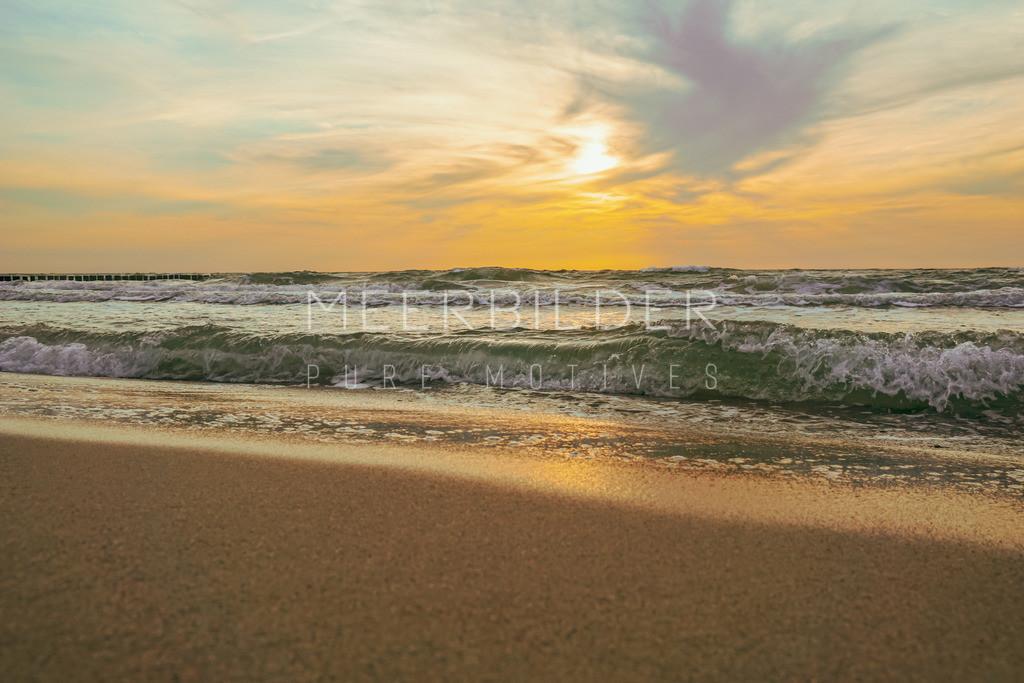 "Strandbild Ostsee Sonnenuntergang | Ostseestrand Bild mit Sonnenuntergang ""Waterfront"" als Wandbild auf Alu Dibond, Fotoleinwand oder Acrylglas."