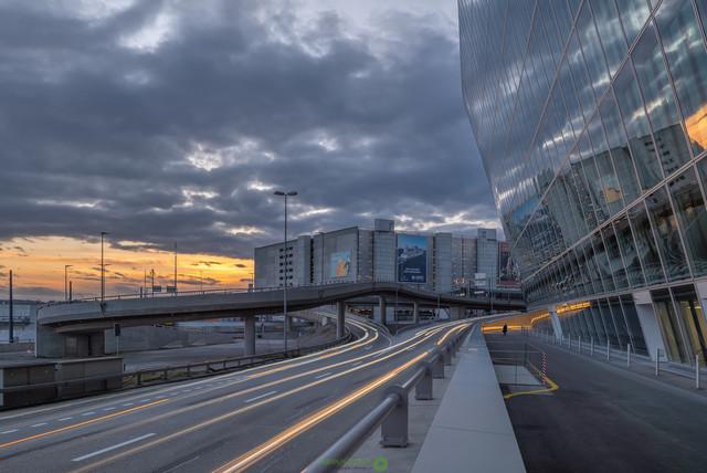 Lichtspuren   Lichtspuren vor dem Circle am Flughafen Zürich