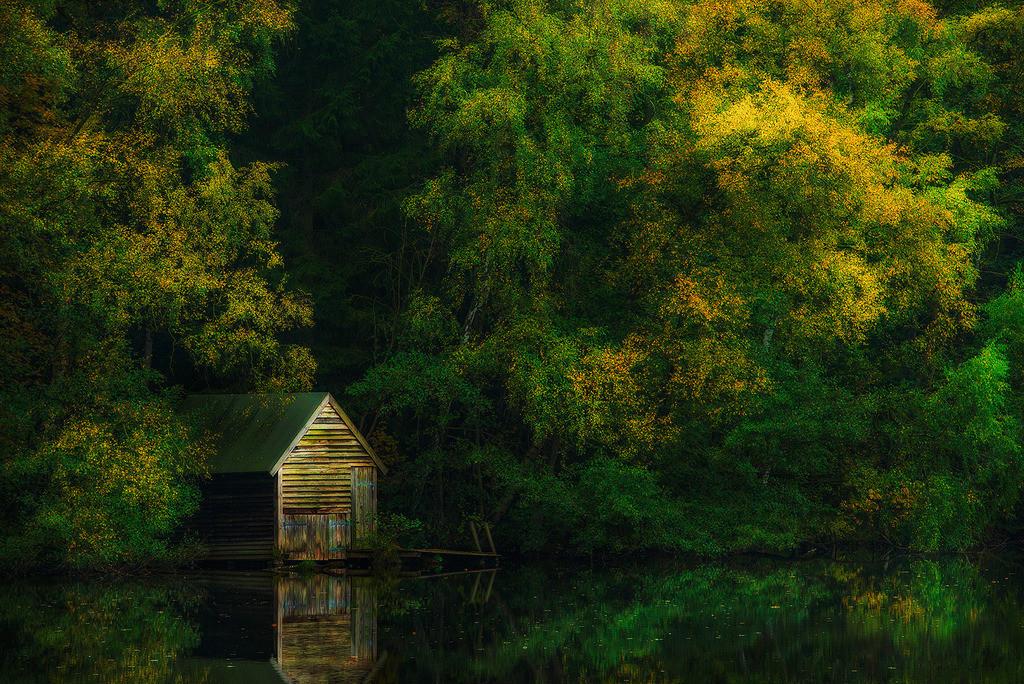 Bootshaus im Herbst | Malerische Stimmung mit Bootshaus, Schaalsee, Schleswig-Holstein