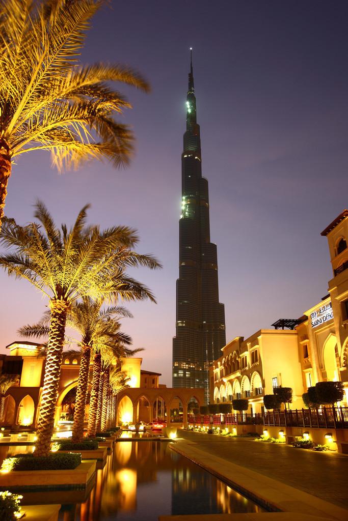 Downtown Dubai | Burj Dubai, höchstes Gebäude der Welt. Von der Oldtown Dubai aus gesehen, Teil der Downtown Dubai. Neues Stadtviertel rund um den Burj Dubai. Auf 700 Hektar Fläche sind Wohn- und Arbeitsraum für 750000 Menschen geschaffen worden. Zum Komplex gehören Bürogebäude,  Apartmenthäuser, das weltgrößte Einkaufszentrum Dubai Mall, verschiedenen Hotels und der Oldtown, einer neuen Altstadt im Arabischen Stil mit Basar, eine künstlicher See mit Riesenfontänen. Dubai, Vereinigte Arabische Emirate.