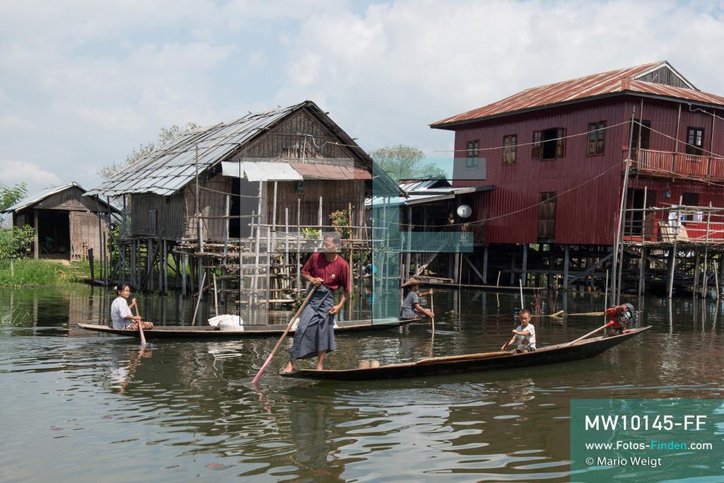 MW10145-FF   Myanmar   Inle-See   Nyaungshwe   Reportage: Ye Lin lebt auf dem Inle-See   Ye Lin fährt mit seinem Onkel Ko Thein Tun zum Fischen. Der 8-jährige Ye Lin Yar Zar lebt mit seinen Eltern in einem Pfahlhaus auf dem Inle-See. Er gehört zur ethnischen Gruppe der Intha und beherrscht die einzigartige Einbeinrudertechnik, um zur Schule zukommen.  ** Feindaten bitte anfragen bei Mario Weigt Photography, info@asia-stories.com **