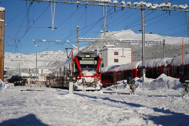 RhB ABe 8/12   Der Regionalzug verlässt den Bahnhof Davos Platz in Richtung Filisur.