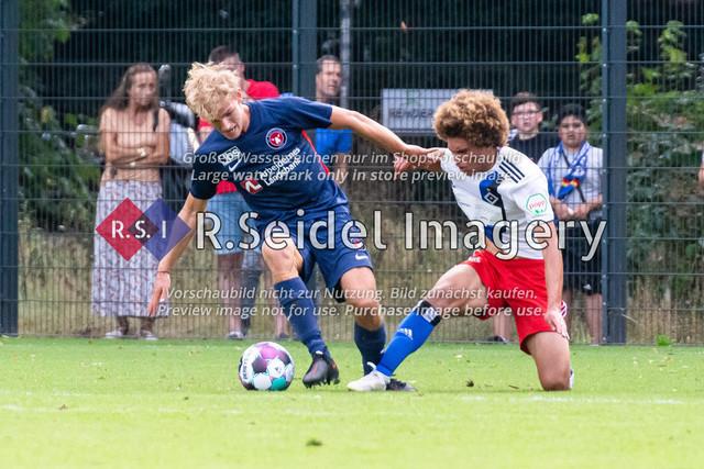 Fußball, Herren, Testspiel, Hamburger SV - FC Midtjylland, HSV-Trainingsplatz am Volksparkstadion, 20.08.2020   Gustav Isaksen (#45, Midtjylland), Jonah Fabisch (#37, HSV)