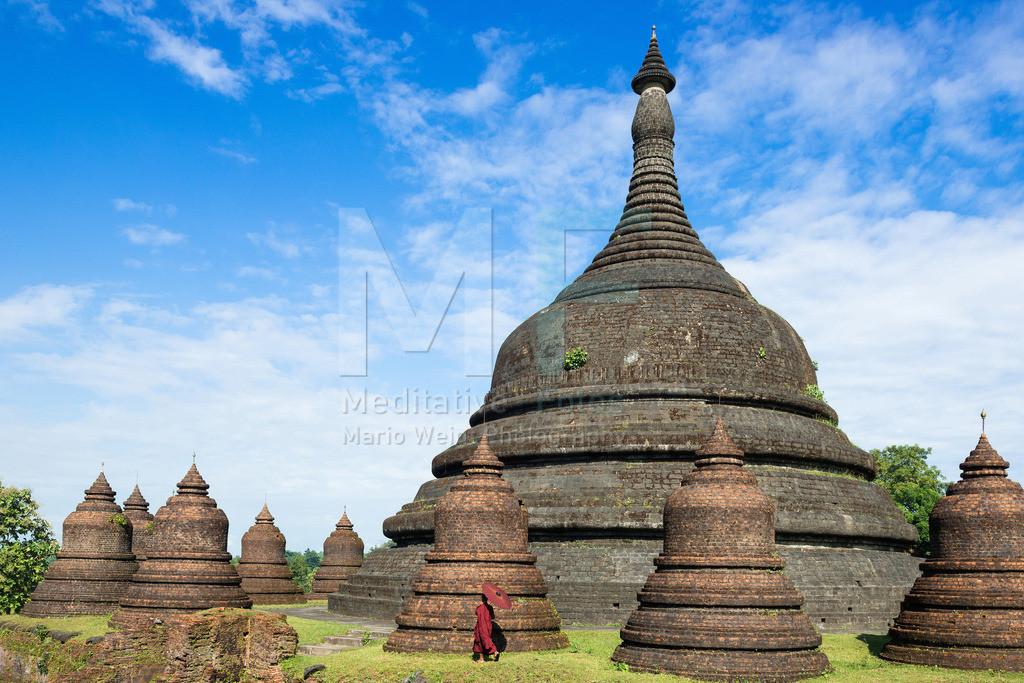 MW0117-7096 | Fotoserie DER ROTE SCHIRM | Mönch mit Bambusschirm in der alten Tempelstadt Mrauk U
