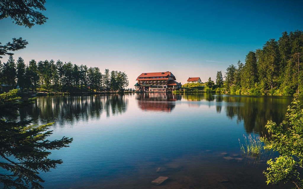 Mummelseehotel   Der Mummelsee im Nordschwarzwald mit dem Mummelseehotel im Hintergrund