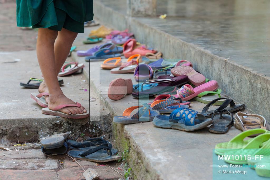 MW10116-FF | Myanmar | Hpa-an | Reportage: Zin mag Thanaka-Paste | Alle Schüler müssen ihre Flip-Flops vor dem Klassenraum stehen lassen - gelernt wird barfuß. Die 7-jährige Nwe Zin Aye lebt im Dorf La Ka Nha nahe der Stadt Hpa-an. Sie bemalt gern ihr Gesicht mit Thanaka-Paste. Nach der burmesischen Tradtition tragen fast alle Mädchen und Frauen diese Art von Schminke.   ** Feindaten bitte anfragen bei Mario Weigt Photography, info@asia-stories.com **