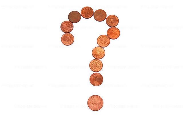 Geldsorgen | Zu einem Fragezeichen gelegten Cent-Münzen über weißem Hintergrund.