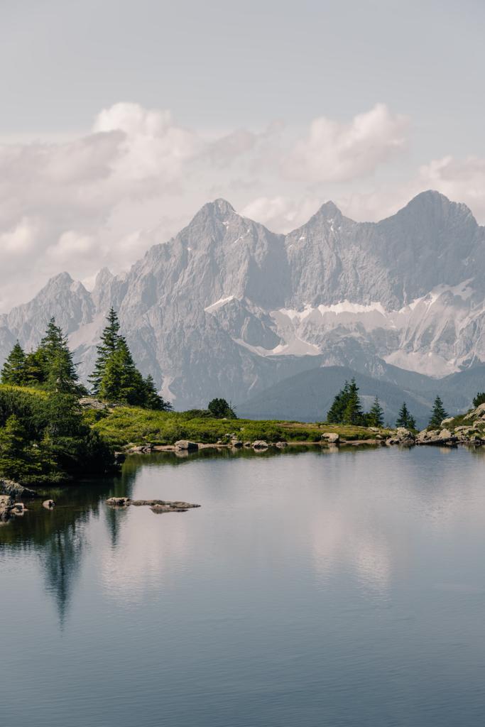 Spiegel der Berge | Im steirischen Spiegelsee (mittlerer Gasselsee) spiegeln sich an windstillen Tagen die Spitzen des Dachsteins.