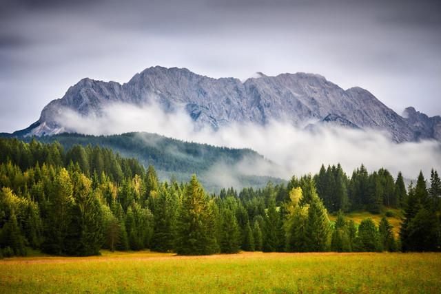 Nebelberg | Geheimnisvoll hüllt sich der Karwendel in Nebel. Das trübe Licht und die tief hängenden Wolken verleihen der Landschaft eine mystische Atmosphäre.