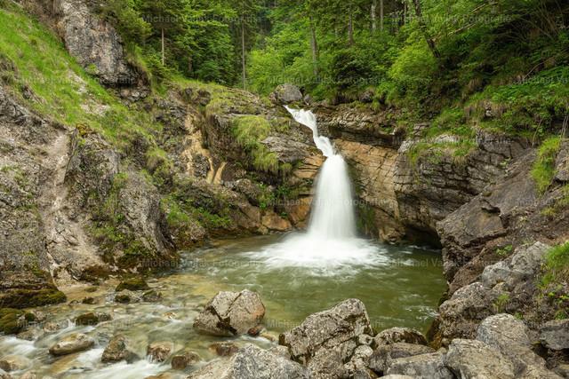 Bei den Kuhfluchtwasserfällen in Farchant | Kleiner Wasserfall im weiteren Verlauf des Baches nach den Kuhfluchtwasserfällen in Farchant bei Garmisch-Partenkirchen in Bayern.