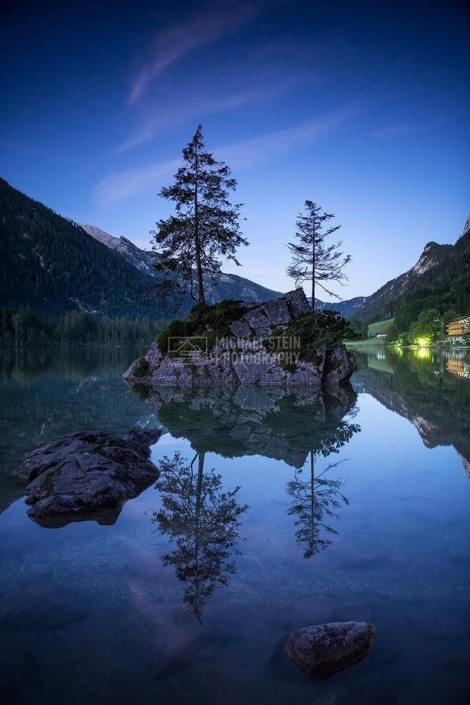 Deutschland - Bauminsel vor Sonnenaufgang | Spiegelung Bauminsel im Hintersee bei Nacht