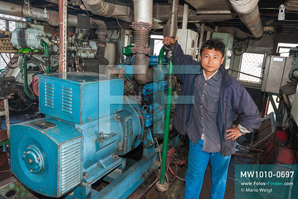 MW1010-0697 | Myanmar | Sagaing-Region | Reportage: Schiffsreise von Bhamo nach Mandalay auf dem Ayeyarwady | Maschinenraum der IWT-Fähre Pyi Gyi Tagon 2  ** Feindaten bitte anfragen bei Mario Weigt Photography, info@asia-stories.com **