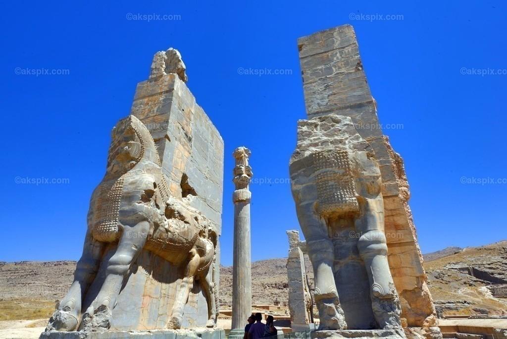 """altpersische Persepolis - Unesco-Weltkulturerbe   Die altpersische Residenzstadt Persepolis (persisch Tacht-e Dschamschid """"Thron des Dschamschid"""", altpers.: Parseh) war die Hauptstadt des antiken Perserreichs unter den Achämeniden und wurde 520 v. Chr. von Dareios I. im Süden des heutigen Iran in der Region Persis gegründet. Der Name """"Persepolis"""" stammt aus dem Griechischen und bedeutet """"Stadt der Perser""""; der persische Name bezieht sich auf Dschamschid, einem sagenumwobenen König der Frühzeit."""