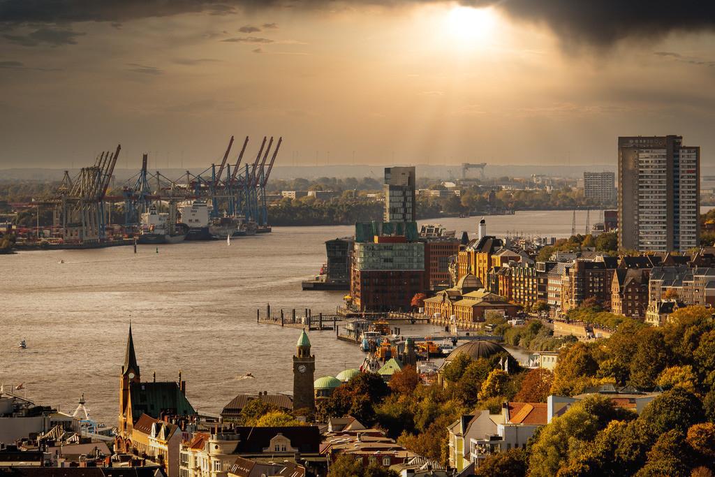 Sonne über dem Hamburger Hafen | Der Hamburger Hafen mit Elbe, Hafenkränen und den Landungsbrücken im Sonnenlicht