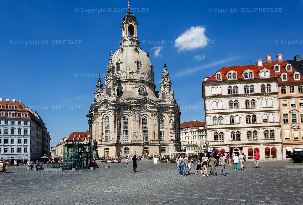 Die Frauenkirche in Dresden   Die Frauenkirche am Dresdner Neumarkt bei schönem Sommerwetter. Der prägende Monumentalbau besitzt eine der größten steinernen Kirchenkuppeln nördlich der Alpen und gilt als einer der größten Sandsteinbauten der Welt.