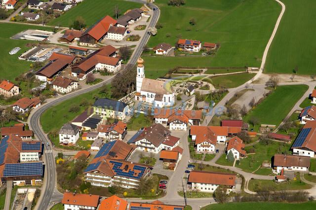 luftbild-nussdorf-chiemgau-bruno-kapeller-113 | Luftaufnahme von Nußdorf im Chiemgau, Frühling 2014. Das Dorf befindet sich ca.5 km vom Chiemsee entfernt, Landkreis Traunstein.