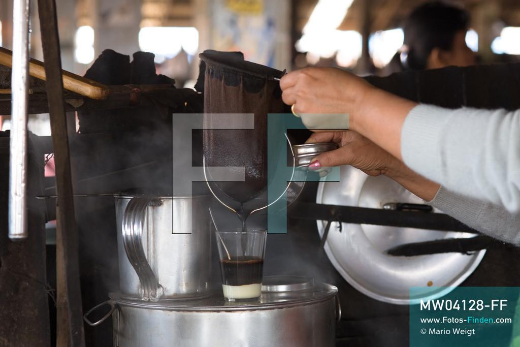 MW04128-FF | Laos | Paksong | Reportage: Kaffeeproduktion in Laos | Frau Ong brüht frischen Kaffee (Coffee Lao) auf, der mit gezuckerter Kondensmilch serviert wird. In den Plantagen auf dem Bolaven-Plateau wachsen Sträucher der Kaffeesorten Robusta und Arabica.  ** Feindaten bitte anfragen bei Mario Weigt Photography, info@asia-stories.com **