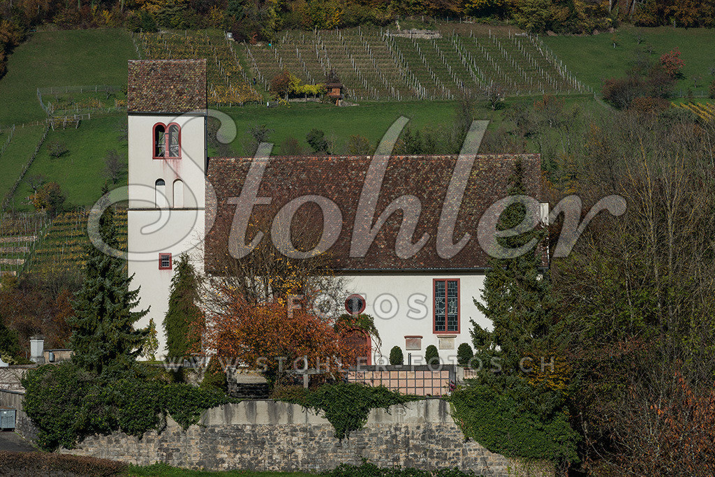 Kirche St. Blasius Ziefen (BL) | Rückseite der Pfarrkirche St. Blasius aus dem 12. Jh. mit Rebberg im Hintergrund, Ziefen im Kanton Baselland.