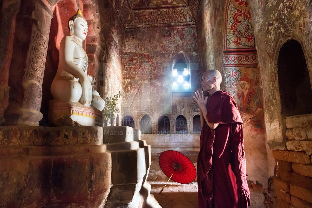 MW0117-9660 | Fotoserie DER ROTE SCHIRM | Betender Mönch in einer alten Stupa mit buddhistischen Wandmalereien