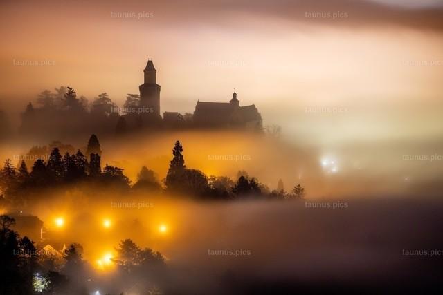 Burg Kronberg im Nebel | 12.11.2020, Königstein (Hessen): Die Burg Kronberg ragt am späten Abend kurz vor Mitternacht von der Burgruine Falkenstein aus gesehen aus einem Nebelmeer.