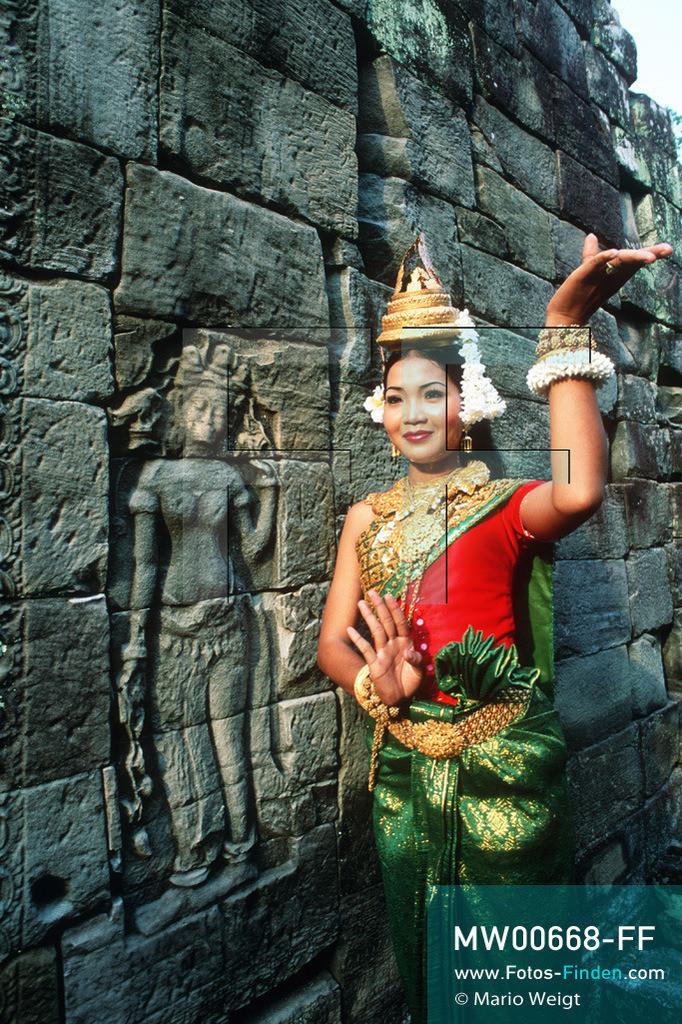 MW00668-FF | Kambodscha | Siem Reap | Reportage: Apsara-Tanz | Apsara-Tänzerin im Tempel Preah Khan. Kambodschas wichtigstes Kulturgut ist der Apsara-Tanz. Im 12. Jahrhundert gerieten schon die Gottkönige beim Tanz der Himmelsnymphen ins Schwärmen. In zahlreichen Steinreliefs wurden die Apsara-Tänzerinnen in der Tempelanlage Angkor Wat verewigt.   ** Feindaten bitte anfragen bei Mario Weigt Photography, info@asia-stories.com **