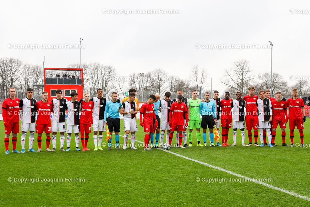 191211_levvsjuvu19_0068 | Leverkusen, 11.12.2019 UEFA Youth League Gruppe D Bayer 04 Leverkusen U19 - Juventus Turin emspor, v.l.,  Die Mannschaften von Juventus Turin und Bayer 04 Leverkusen vorm Spiel    (DFL/DFB REGULATIONS PROHIBIT ANY USE OF PHOTOGRAPHS as IMAGE SEQUENCES and/or QUASI-VIDEO)