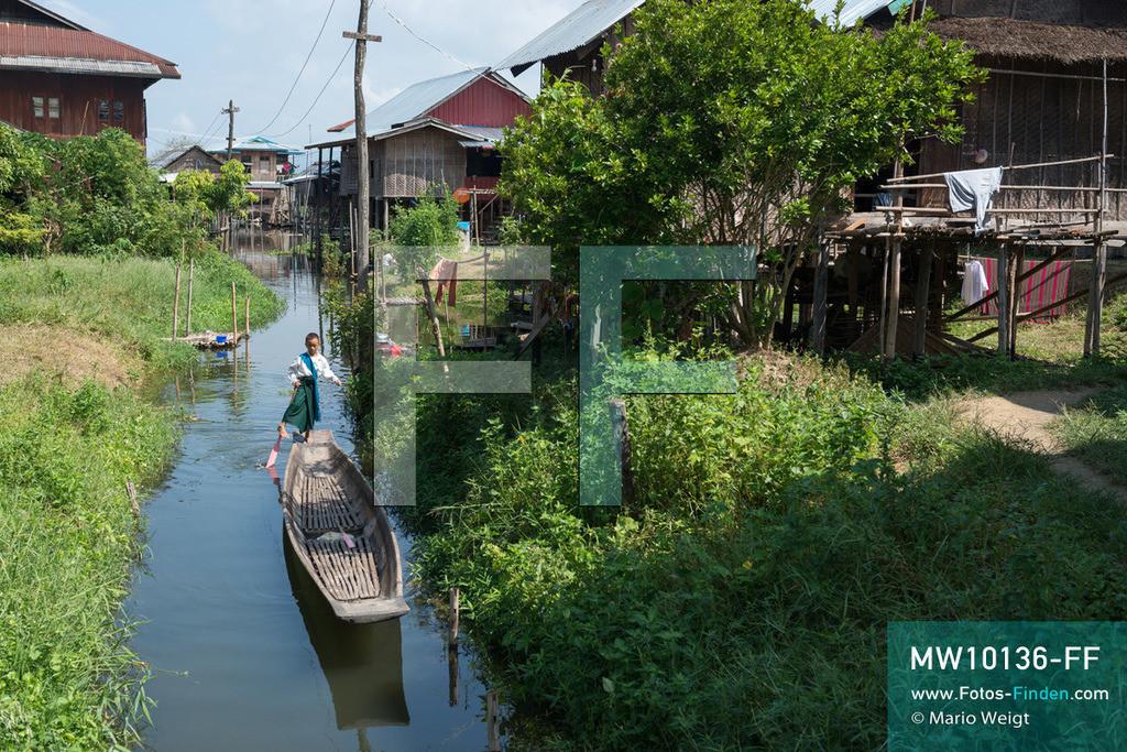 MW10136-FF | Myanmar | Inle-See | Nyaungshwe | Reportage: Ye Lin lebt auf dem Inle-See | Ye Lin in Schuluniform auf dem Weg zur Schule. Der 8-jährige Ye Lin Yar Zar lebt mit seinen Eltern in einem Pfahlhaus auf dem Inle-See. Er gehört zur ethnischen Gruppe der Intha und beherrscht die einzigartige Einbeinrudertechnik, um zur Schule zukommen.  ** Feindaten bitte anfragen bei Mario Weigt Photography, info@asia-stories.com **