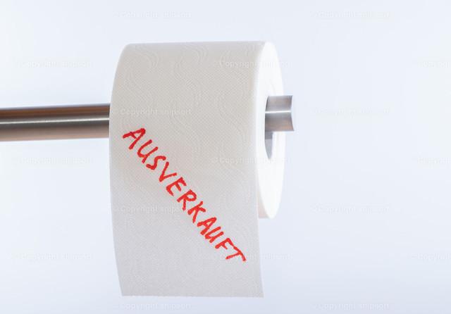 Toilettenpapierrolle über weißem Hintergrund mit der Aufschrif | Konzept ausverkauftes Toilettenpapier während der Corona-Pandemie.