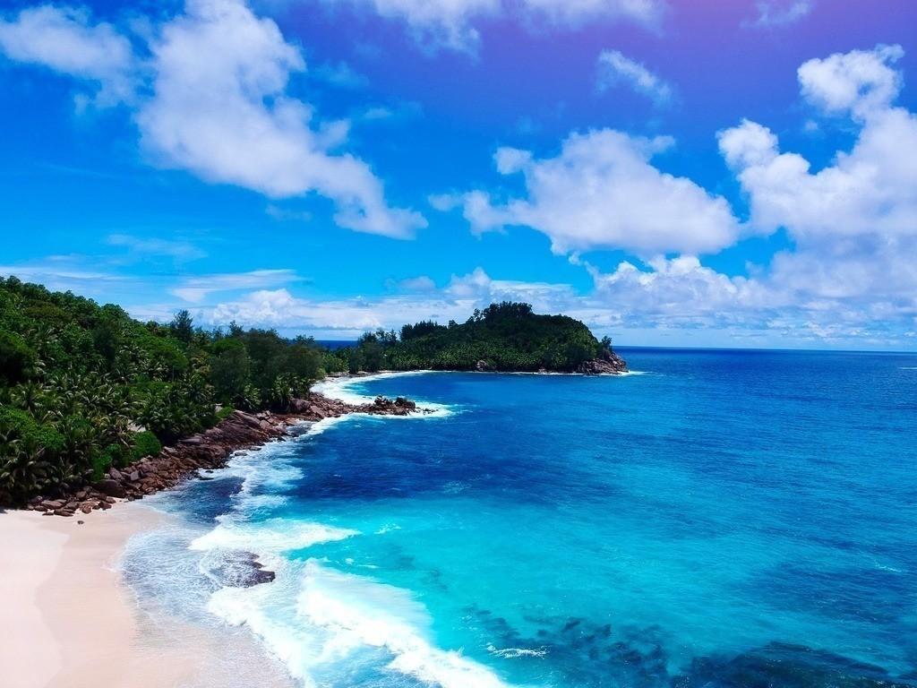 Drohnenperspektive eines Strandes auf den Seychellen   Luftaufnahme auf einen traumhaften Strand im Norden von Mahe