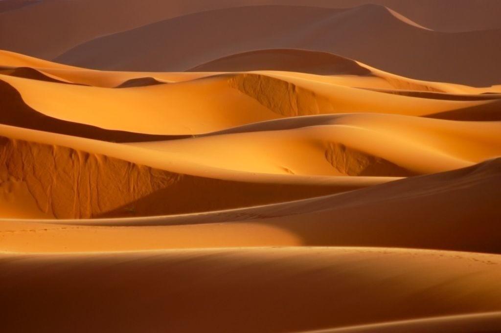 Best. Nr. erde03   Dünen, Erg Chebbi, Marokko   Das Element Erde repräsentiert das Zentrum aber auch den Südwesten und Nordosten, seine Jahreszeit ist der Spätsommer, seine Farben sind Gelb und braune und beige Naturtöne, es bieten sich quadratische oder flache rechteckige Formate und horizontale Formen an. Erde steht für Bodenständigkeit, Dauerhaftigkeit und Zuverlässigkeit.