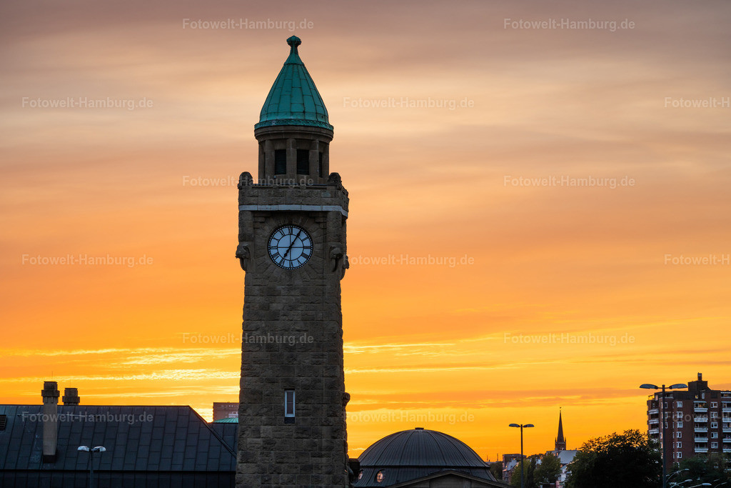 10210615 - Sonnenuntergang hinter dem Pegelturm   Blick auf den Pegelturm an den Landungsbrücken vor einem wunderschönen Abendhimmel.
