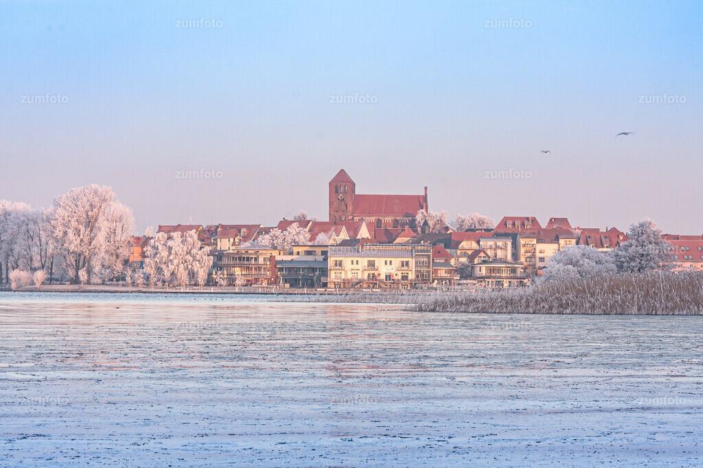 winterlicher Blick über die Müritz in Richtung Georgenkirrche und Stadthafen von Waren (Müritz)