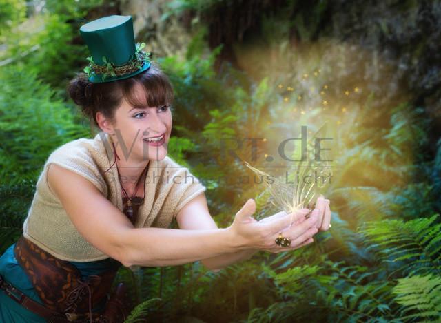 Zauber | Eine Fee zaubert einen Schmetterling