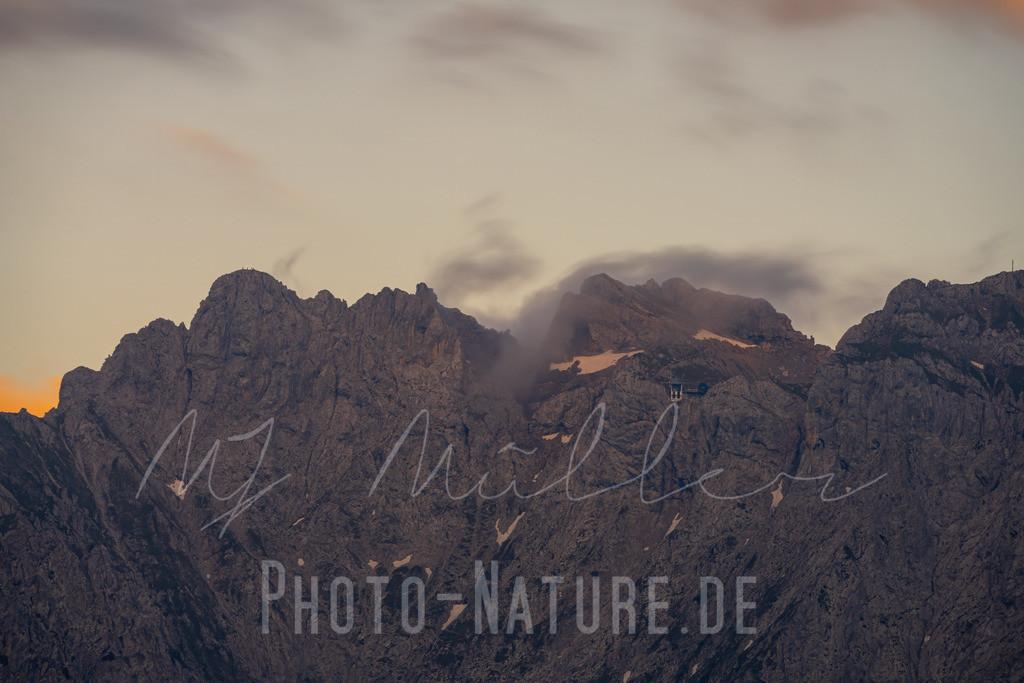 Sonnenuntergang im Karwendel | Die Wolken ziehen wie Rauch über die Gipfel zum letzten Tageslicht