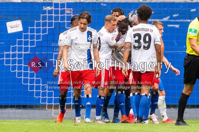 1:0 Treffer kurz vor Schluss von Stephan Ambrosius (#35 HSV) | 1:0 Treffer kurz vor Schluss von Stephan Ambrosius (#35 HSV, mittig zwischen Sonny Kittel #10 und Bryan Hein #39)