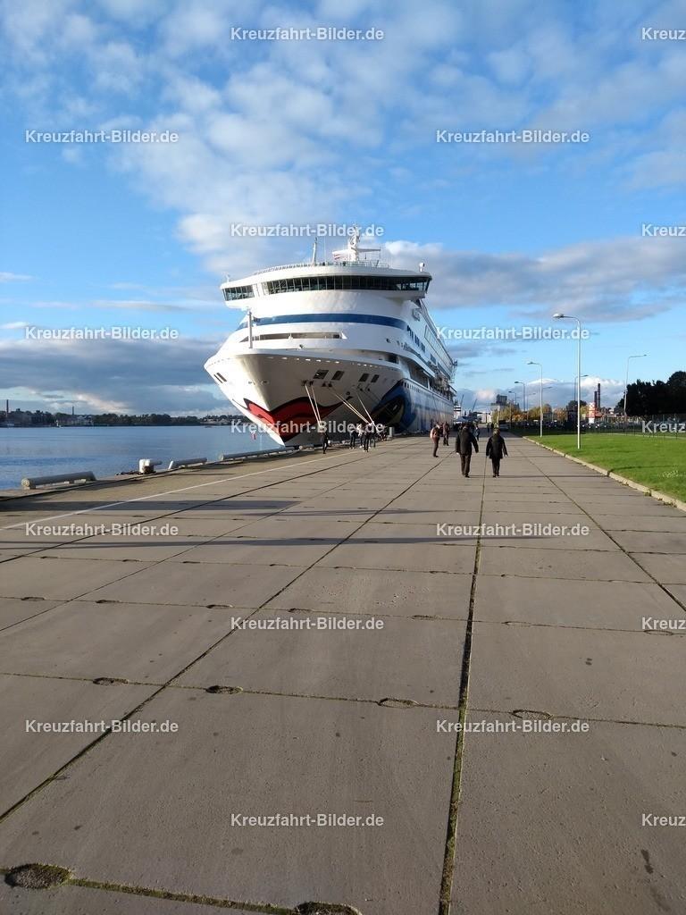 AIDAvita in Riga bei Sonnenschein | AIDAvita liegt im Hafen von Riga.