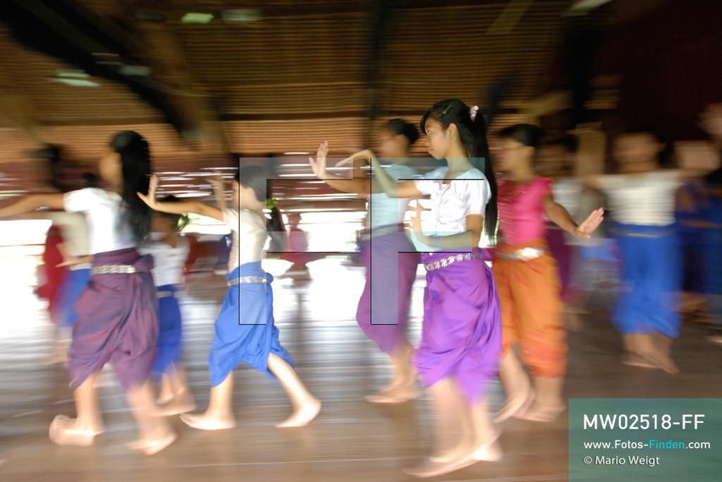 MW02518-FF | Kambodscha | Phnom Penh | Reportage: Apsara-Tanz | Schülerinnen lernen den Apsara-Tanz in einer Tanzschule. Sechs Jahre dauert es mindestens, bis der klassische Apsara-Tanz perfekt beherrscht wird. Kambodschas wichtigstes Kulturgut ist der Apsara-Tanz. Im 12. Jahrhundert gerieten schon die Gottkönige beim Tanz der Himmelsnymphen ins Schwärmen. In zahlreichen Steinreliefs wurden die Apsara-Tänzerinnen in der Tempelanlage Angkor Wat verewigt.   ** Feindaten bitte anfragen bei Mario Weigt Photography, info@asia-stories.com **