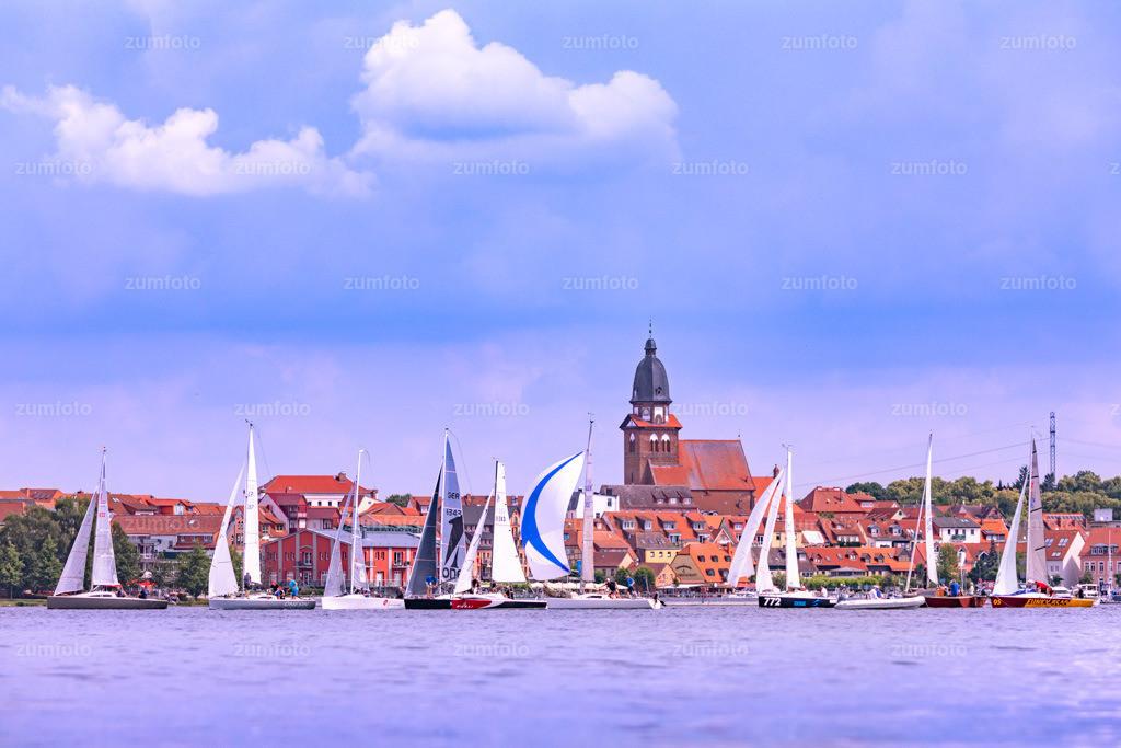0-180616_1100-1964   Segelboote vor dem Stadthafen von Waren (Müritz).   ⠀⠀⠀⠀⠀⠀⠀⠀⠀ Das Bild entstand im Juni. Im Hintergrund ist die Marienkirche zu sehen. ⠀⠀⠀⠀⠀⠀⠀⠀⠀ --Dateigröße 6700 x 4400 Pixel--