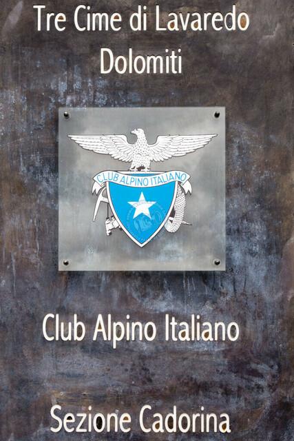 Tre Cime di Lavaredo, 3 Zinnen, Schild Club Alpina Italia an der Berghütte | ITA, Italien, Südtirol, Dolomiten, Tre Cime di Lavaredo, 3 Zinnen 15.07.2014, Schild Club Alpina Italia an der Berghütte