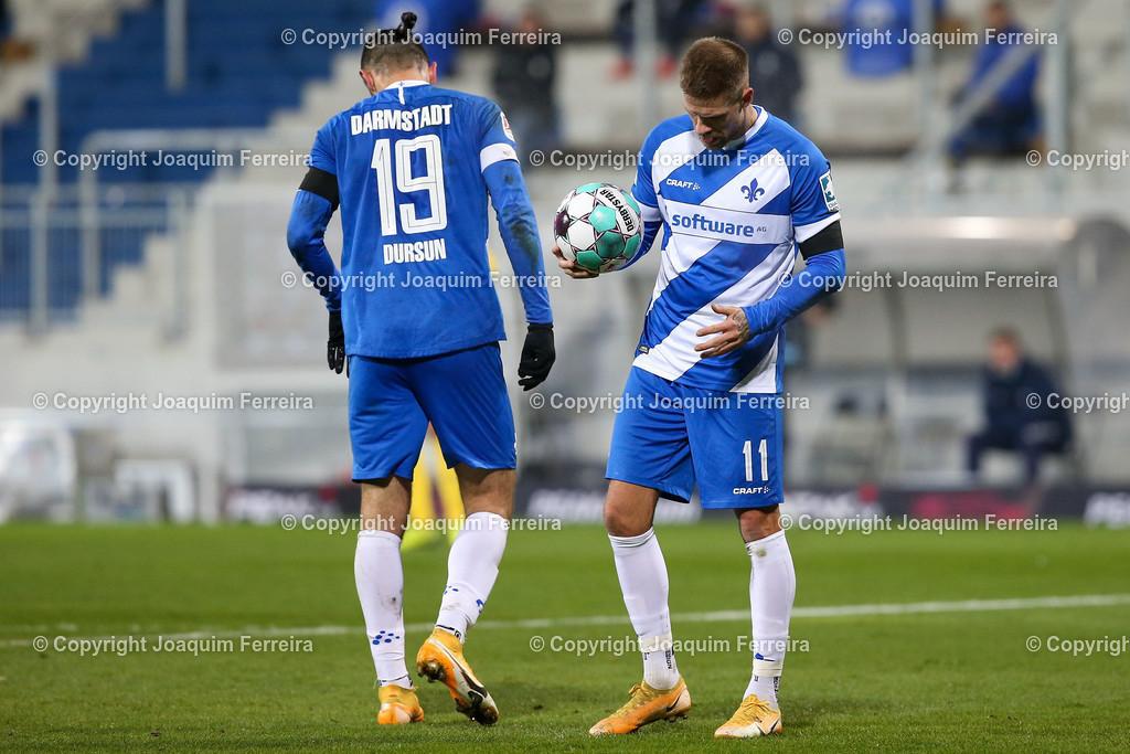 201127_svdvsbvt_0416   27.11.2020, xjfx, Fussball 2.BL SV Darmstadt 98 - Eintracht Braunschweig,  emspor, emonline, despor, v.l.,   Serdar Dursun (SV Darmstadt 98),gibt Anweisungen, enttaeuscht, enttaeuscht schauend, dissapointed, traurig, frustriert, frust, gefrustet,  Tobias Kempe (SV Darmstadt 98) nimmt sich den Ball um den Elfmeter zu schiessen     (DFL/DFB REGULATIONS PROHIBIT ANY USE OF PHOTOGRAPHS as IMAGE SEQUENCES and/or QUASI-VIDEO)