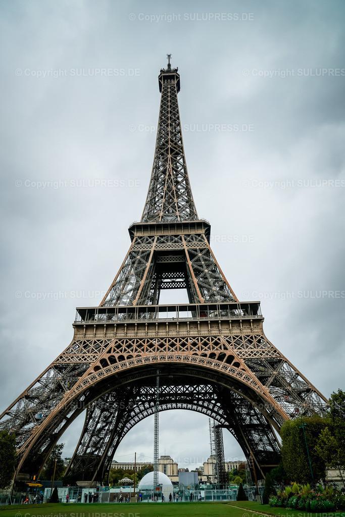 Der Eiffelturm in Paris   22.09.2019, Der Eiffelturm (La Tour Eiffel) ist ein Eisenfachwerkturm mit einer Höhe von 324 Metern und das wohl bedeutendste Wahrzeichen in Paris. Er steht im 7. Arrondissement am nordwestlichen Ende des Champ de Mars (Marsfeld), nahe dem Ufer der Seine. Der von 1887 bis 1889 errichtete Turm wurde als monumentales Eingangsportal und Aussichtsturm für die Weltausstellung zur Erinnerung an den 100. Jahrestag der Französischen Revolution errichtet. Das Bauwerk wurde nach dem Erbauer Gustave Eiffel benannt, war zum Errichtungszeitpunkt noch 312 Meter hoch und war bis 1930 das höchste Bauwerk der Welt.