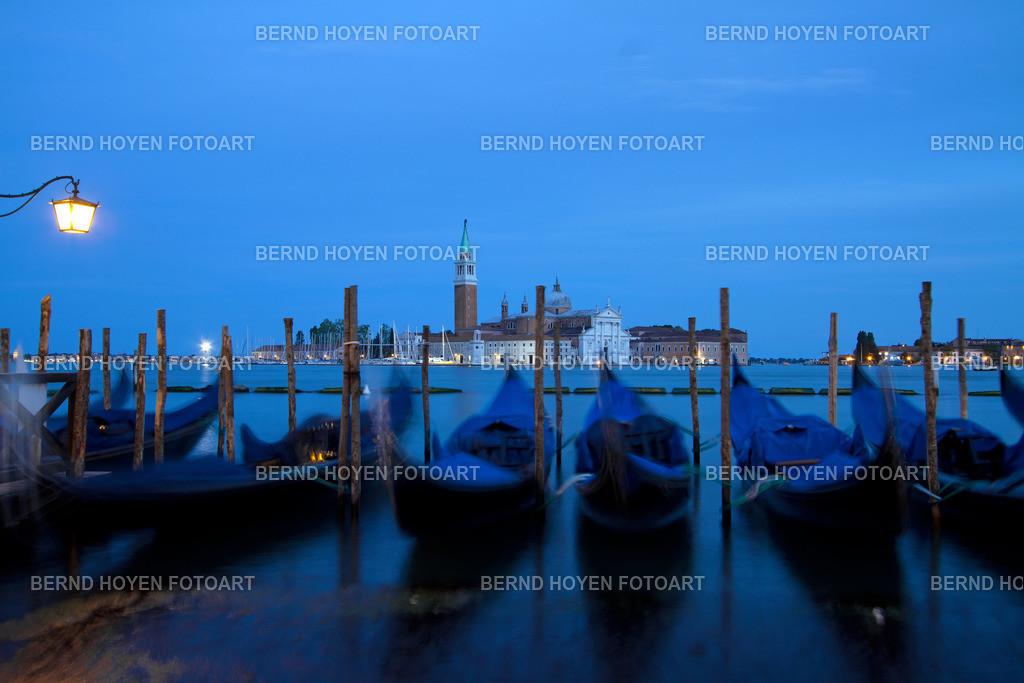 sleeping gondolas | Foto einiger Gondeln in Venedig mit Blick auf San Giorgio Maggiore, Italien. | Photo of some gondolas in Venice with the view to San Giorgio Maggiore, Italy.