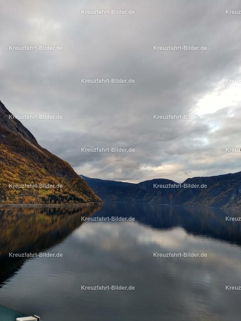 Eidfjord II | Blick auf den Eidfjord von Eidfjord aus.