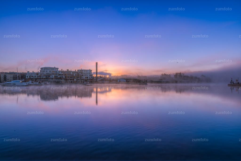 0-171107_0736-2557-61-16 | --Dateigröße 6659 x 4439 Pixel-- Morgenstimmung im Warener Stadthafen mit Morgennebel