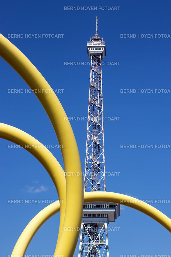 yellow snake | Funkturm und Skulptur in Berlin, Deutschland. | Radio tower and sculpture in Berlin, Germany.