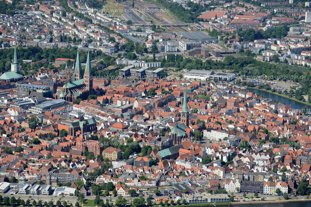 Lübeck_ELS_8593151106 | Lübeck - Aufnahmedatum: 10.06.2015, Aufnahmehoehe: 569 m, Koordinaten: N53°52.674' - E10°43.311', Bildgröße: 6990 x  4665 Pixel - Copyright 2015 by Martin Elsen, Kontakt: Tel.: +49 157 74581206, E-Mail: info@schoenes-foto.de  Schlagwörter;Foto Luftbild,Altstadt,HolstenTor,Kirche,Hanse,Hansestadt,Luftaufnahme,