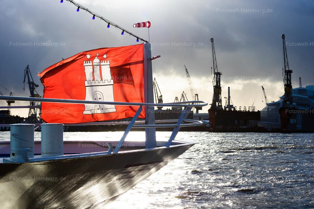 10201108 - Leuchtende Flagge | Leuchtende Hamburg Flagge im Hamburger Hafen.