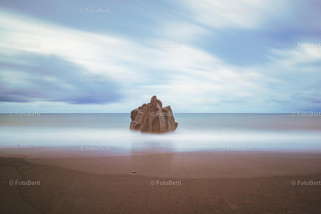 Monolith im Atlantic   Monolith im gezähmten Atlantic